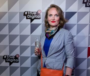 Серьезная Валентина Теслюк с бокалом шампанского